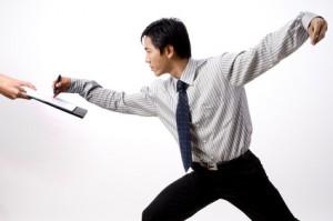 Un cadre signe un contrat en exécutant une posture de Taichi -Taichi Pro