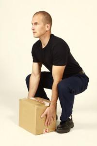 Posture genoux fléchis pour soulever un carton lourd - Taichi Pro